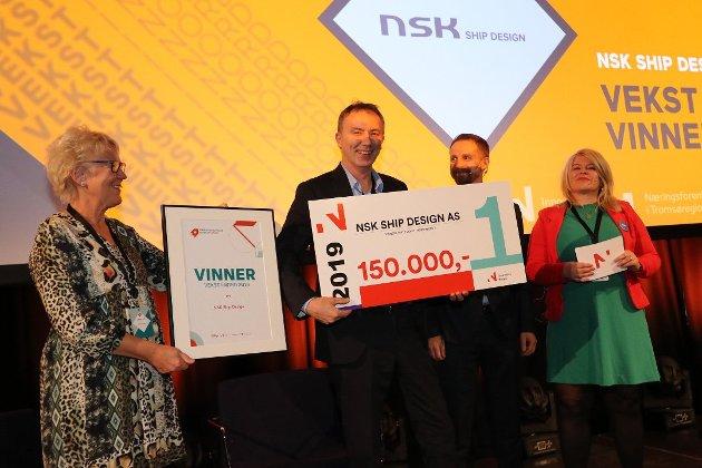 FJORÅRETS VINNER: Nsk Ship Design vant Vekst i nord-prisen for 2019.  Her er det Kjartan Karlsen som tar imot prisen. Fra venstre: Inger Gunn Sande (konferansier), Kjartan Karlsen, Helge Nitteberg (sjefredaktør Nordlys) og juryleder Linda B. Randal (Innovasjon Norge)