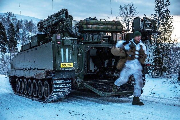 Finnmark landforsvar består av både lette og tyngre styrker. Vi utnytter disse kapasitetene i et krevende klima, med en utfordrende geografi og et uforutsigbart trusselbilde, skriver oberst Tomas Beck. Bildet er av en stormingeniør i Finnmark landforsvars Porsanger bataljon.