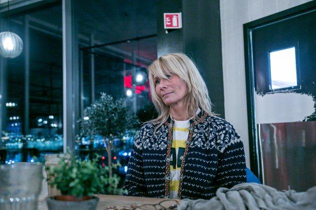 Kristin Jenssen og hennes advokat Roar Bårdlund ingen annen utvei enn å saksøke Staten. Staten Norge - som må hjelpe den som trenger hjelp fra Staten. Det er nesten perfekt ironi, kommenterer Silje Charlotte Solstad.