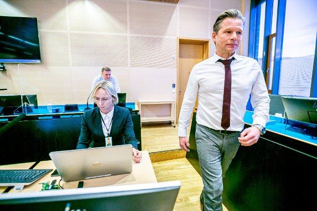 RETTSSAK: Det var enkelt å underslå penger fra Tromsø kommune. Kontrollrutinene sviktet fullstendig, og de som visste at det foregikk ulovligheter, varslet ikke. I forgrunnen aktor Trude Kvanli og forsvarer Jan Christian Kvanvik.