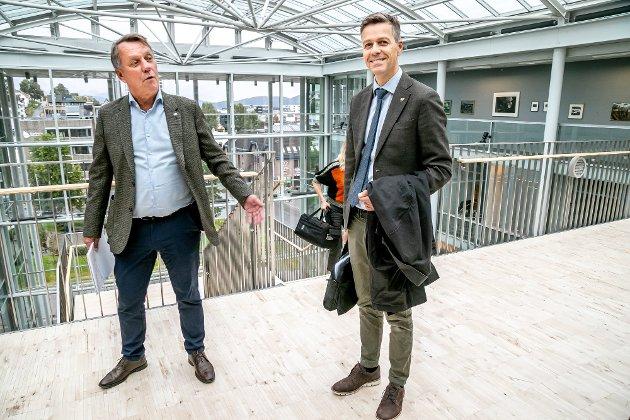 Samferdselsminister Knut Arild Hareide i Tromsø i september i fjor for å diskutere byvekstavtale. Sju måneder seinere foreligger forslaget fra departementet. Ordfører Wilhelmsen er kjempefornøyd. -Vi merker at det har kommet en ny samferdselsminister, sier han.