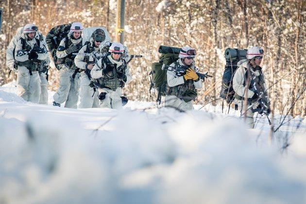 Skal vi fortsette å leve i fredståka og tro at Forsvaret med hær og helikoptre bare er noe vi skal ha i Indre Troms for å holde oppe folketall og arbeidsplasser. Men det er krig det øves på, er det ikke? skriver Svein-Åge Evenstad. Bildet viser franske soldater ved Setermoen under Cold Response 2014.