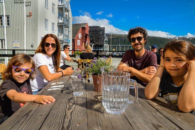 Koronasommeren 2020: Familien Vincente fra Madrid, bosatt i Moss, måtte legge ferien innenlands og valgte Tromsø. Nå skal Tromsø markedsføres bredt som ferieby i 2021, men forhåpentligvis under eget navn...