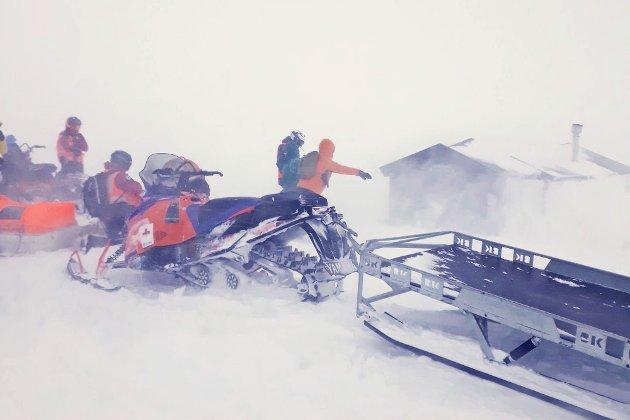 Fra redningsaksjonen sist lørdag, der mannskaper fra Røde Kors og Norsk Folkehjelp hentet ned elleve turgåere fra Skarvassbu i et forrykende uvær.