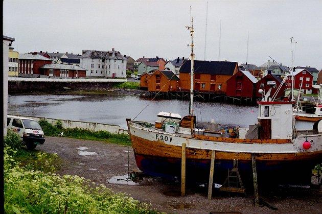 Hvordan er det mulig at byen på ei øy, omkranset av et av de fiskerikeste hav i verden, har blitt så fremmedgjort fra sitt naturlige økonomiske grunnlag at ildsjeler i dag, med ryggen mot veggen, har skapt et kystopprør og undervisningsopplegg for barn om kjærlighet til havet? skriver Randi Rønning Balsvik som et apropos til historiefagets betydning. Dette bildet er fra 2002.