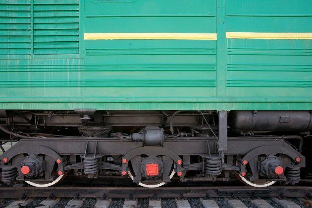 Strømmen på et el-tog tas direkte fra høyspentoverføringen til el-motoren med bare små overføringstap. Vannkraftenergien blir dessuten maksimalt utnyttet fordi stål-mot-stål betyr langt mindre friksjon enn gummi-mot-asfalt, og togets lange slangeformasjon gir langt lavere luftmotstand enn trailere. En hydrogendreven trailer på 50 tonn krever 7 ganger så mye energi per tonn-km som et godstog i 120 km/t.