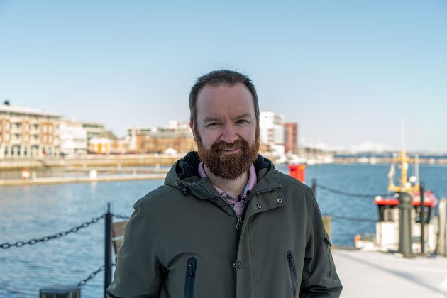 Troms Arbeiderpartis 3. kandidat Tom Einar Karlsen foran havna i Harstad.