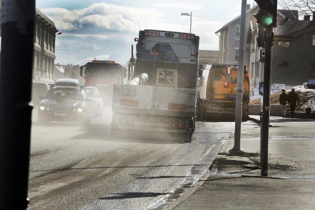 Piggdekkavgift sammen med et godt renhold av veinettet er de tiltakene som har vist seg å ha størst positiv effekt på svevestøvnivåene i norske byer. Når det er færre piggdekk på veiene reduseres kilden til svevestøv. Samtidig opprettholder piggdekkavgiften prinsippet om at «forurenser betaler», og avgiften kan brukes på kostbare tiltak som veirenhold og støvdemping, skriver artikkelforfatterne i Norsk institutt for luftforskning (NILU).