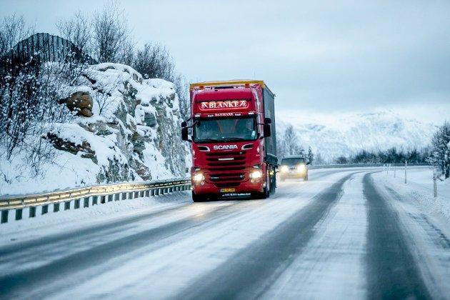 Den foreslåtte oppgraderingen av veinettet vil gjøre det mulig å benytte modulvogntog i store deler av Nord-Norge. Dette gir først og fremst et betydelig miljø og trafikksikkerhetsgevinst, reduserer antall vogntog på veiene og samtidig bedre lønnsomhet for en bransje som sliter med små marginer, skriver Norges Lastebileier-forbund.