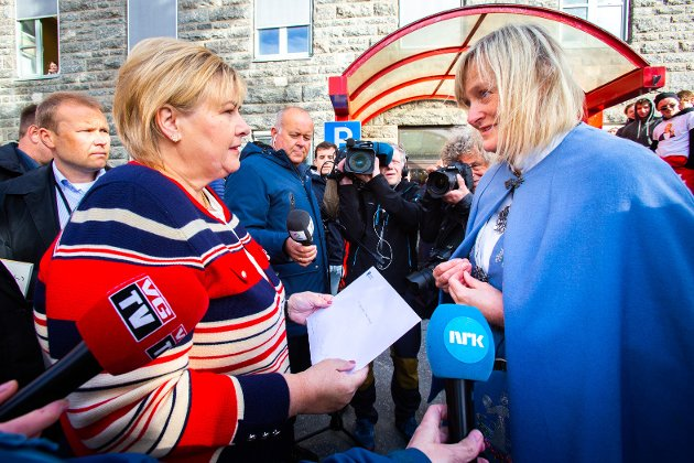 Statsminister Erna Solberg på besøk i Sandnessjøen i juni 2019, her i samtale med Nesna-ordfører Hanne Davidsen.