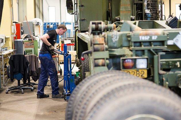 To leverandører konkurrerer nå om å selge stridsvogner til Norge. Hvilke krav har regjeringa stilt, om at den som velges må etablere seg i kjerneområdet i Troms? spør artikkelforfatterne.