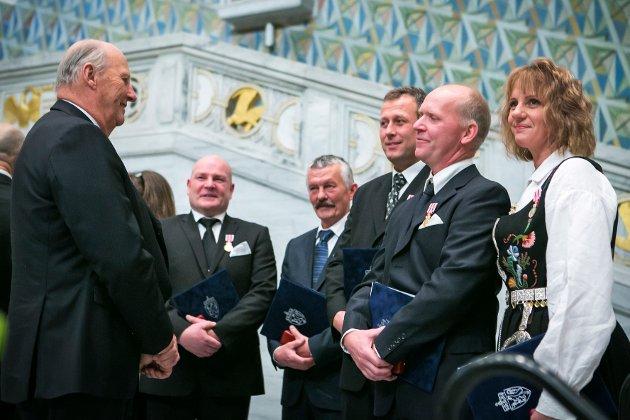 Lill Hege Rostad (fra høyre), Oddvar Hansen, Erik Martinsen, Otto Kristian Løvik og Jørn Øverby hilser på kongen etter å ha mottatt gullmedaljen for edel dåd under et arrangement i Oslo Rådhus i november 2012.