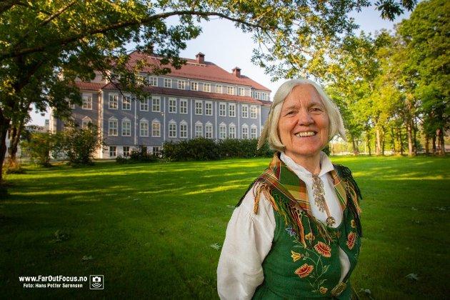 Tidligere rektor ved Høgskolen i Nesna, Arna Meisfjord, med den tradisjonsrike bygningsmassen i bakgrunnen.