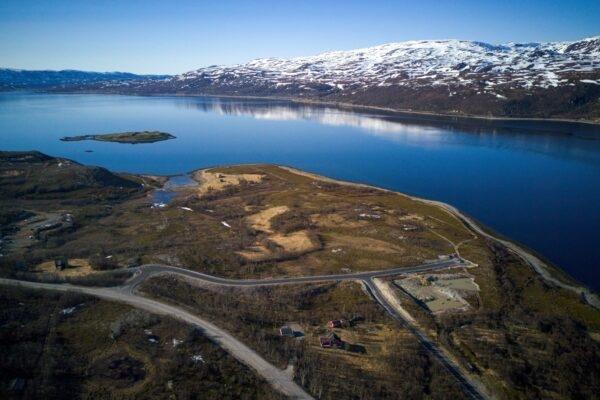 Horisont Energi har fått med Equinor på ei satsing på produksjon av karbonnøytralt ammoniakk i Finnmark. Fabrikken skal bygges på Markoppneset i Hammerfest kommune (bildet).