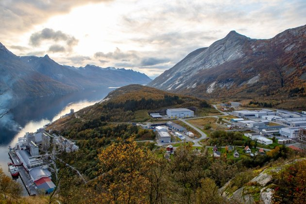 Hydrogen fra Glomfjord blir en svært viktig del av det nordnorske samarbeidsprosjektet for omstilling til klimanøytral luftfart, fastslår Einar Sørensen. Bildet viser Glomfjord industripark.