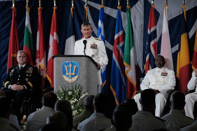 Viseadmiral Andrew Lewis leder både US Second Fleet og den nye Nato-kommandoen Joint Force Command Norfolk i Virginia. Her står han på talerstolen under den seremonielle markeringen 15. juli av at kommandoen nå er operativ. Seremonien fant sted om bord på amfibieskipet USS Kearsarge. Den nye kommoandoen har det strategiske ansvaret for kommunikasjonen mellom Europa og Nord-Amerika.