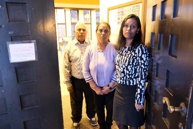 I KIRKEASYL: Dilani Johnson Collin og hennes foreldre Merry Anjala og Antonipillai.