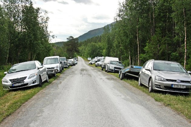 """ATV-BRUK: Langs veien i skogen ved Høgskardhus i Dividalen står det ofte tett i tett med biler, og mange av dem har henger for å frakte for eksempel ATV på. Innnsenderen mener det er feil at """"alt er i skjønneste orden""""."""