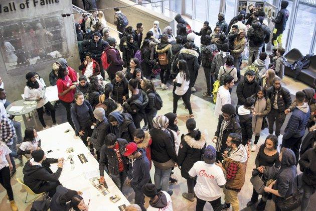 KØ: Rundt 1000 besøkende førte til kø ved inngangen. Her var det mange som ville ha elevguiding. FOTO: Isac Tvedt