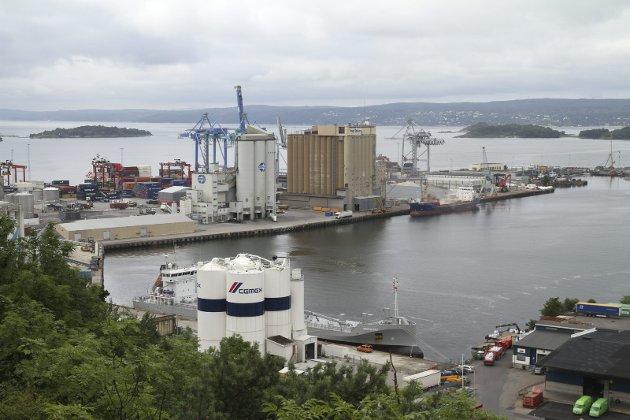 SJURSØYA: NCC har søkt om å anlegge et permanent materiallager og asfaltfabrikk her.  Foto: Kristin Trosvik