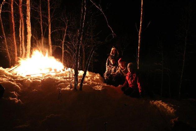 Vår nyttårstradisjon. Et stort bål oppi åsen med utsikt til hele bygda. Arne Øvergård med familie, Øverbygd, Målselv