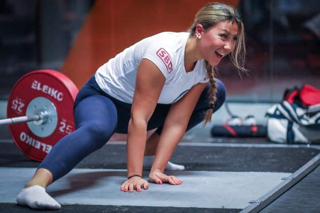 Sofie bøyer og tøyer muskler og ledd før treningen.