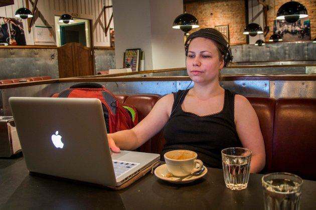 DOBBEL DOSE: Joran Jacobsen har nylig flyttet til Tromsø og utdanner seg til møbelsnekker. Hun sjekker boligmarkedet, betaler regninger og tar en dobbel cortado på Kaffebønna. Klokka er cirka 08.00.