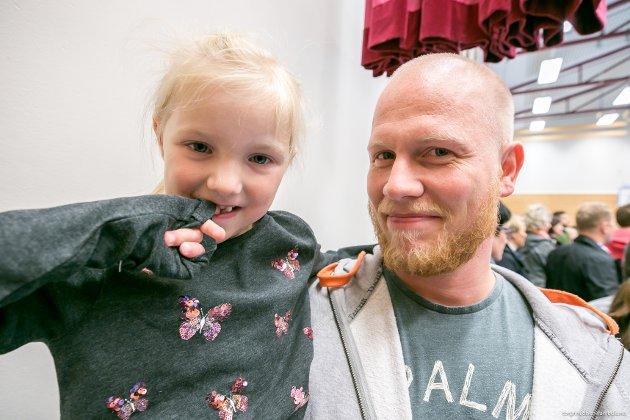 Gledet og gruet seg: Godt i pappas arm, Markus Nilsen, Sofie Elvine Nilsen. Endelig er dagen kommet hun har både gruet og gledet seg til. Sofie begynte på Lunheim skole i dag.