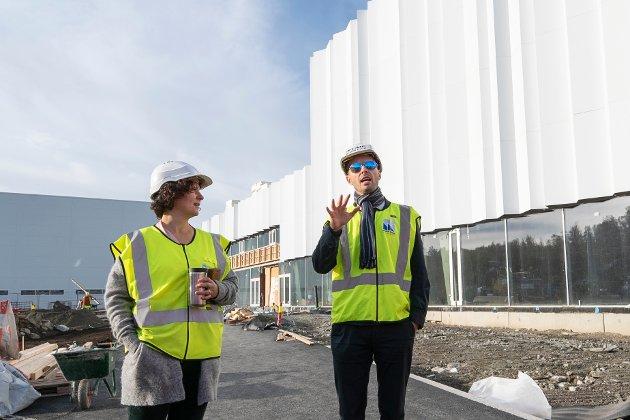 INNGANG: Styreleder Andreas Willumsen foran Tromsøbadets hovedinngang sammen med ordfører Kristin Røymo.