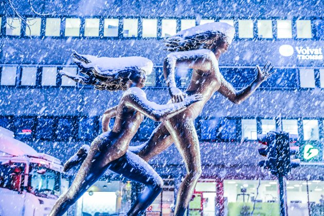 Litt nord i sentrum stod en fantastisk skulptur med mor og datter som løp i motvind.