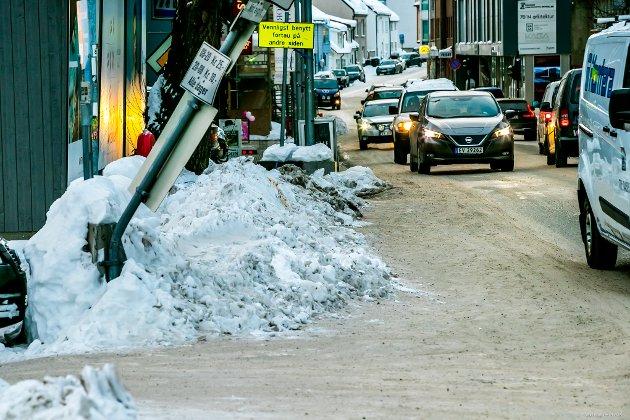 - MÅ LEGGE TIL RETTE FOR MYKE TRAFIKANTER: Venstre-politiker Morten Skandfer er ikke særlig imponert over tilgjengeligheten for myke trafikanter. - Vi ber folk om å gå og sykle mer. Men da må vi legge til rette for at det skal være mulig, sier han.