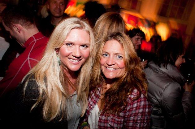 NACHSPIEL: Etter Døgnvillfestivalen trakk folk inn på Verdensteatret og fortsatte festen. Deriblant Cecilie Woll Johansen (til venstre) og Cecilie Drechsler.