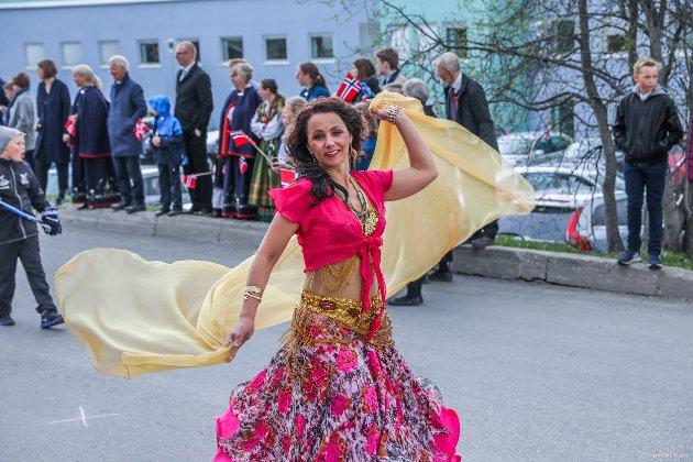 Habibi magedansgruppe danser seg gjennom folketoget.