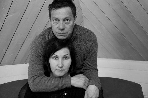 Det er skuespillerne Kristin Solberg og Stein Bjørn som leser og framfører manuset til Johansen.