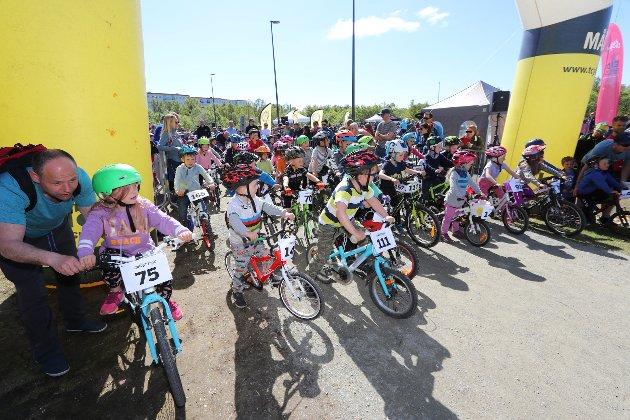 KLAR, FERDIG...: Spente fjes like før starten på Tromsø Cykleklubbs sykkeløp på Charlottenlund søndag.