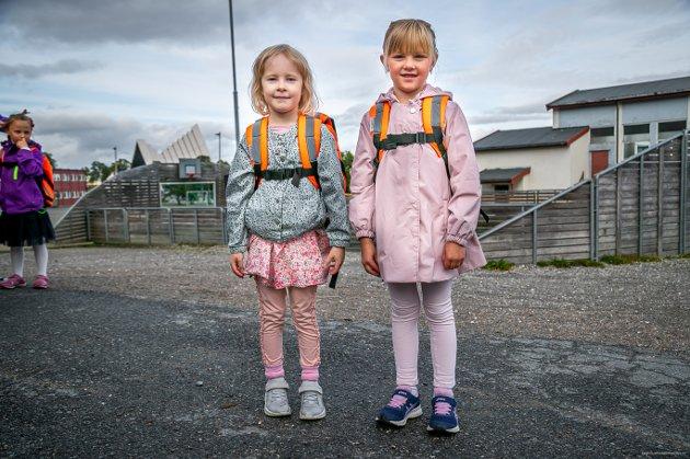 NYE KLÆR: Signe Christine Gulstad Pedersen og Mathilde Årnes Guttvik gledet seg til første skoledag.