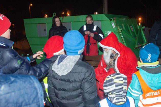 Julelys: Populært at julenissen dukket opp på åpningen av lysparken i Torsken.