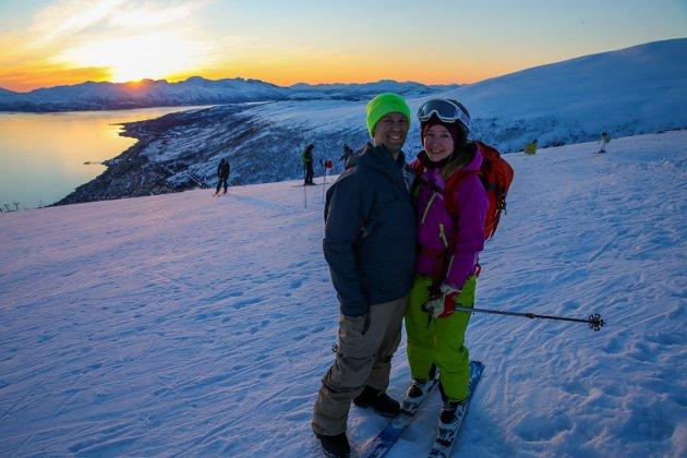 Magisk da Tromsø Alpinpark inviterte til skikjøring i midnattssol fredag kveld i Kroken. Det kom flere folk enn arrangørene hadde sett for seg, og køen til heisen har aldri vært lenger. Men likevel var det bare smil i midnattsola på Nordfjell på toppen av Tromsø.