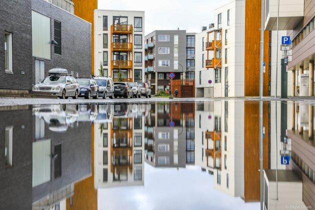 Tromsø, Troms og Nord-Norge har vært gjennom ei natt med mye vær og vind, og mer er på vei. Tilbake ligger byen badet i sølepytter, og det må fotograren benytte seg av... FOTO: YNGVE OLSEN