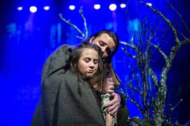 FAR OG DATTER: Ronja (Hannah Tøllefsen) og Mattis (Christian Justad Tønsvoll).
