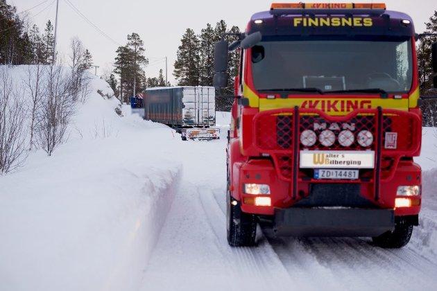 En lastebil i grøfta ved skytefeltet i Setermoen.
