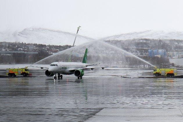 TAS IMOT: Widerøes nye hypermoderne jetfly har akkurat landet i Tromsø.