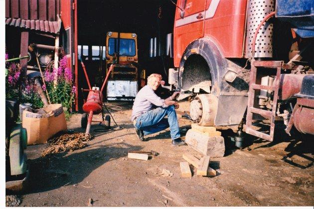 GRÜNDEREN: Thor Workinn foran en av maskinene ved verkstedet.