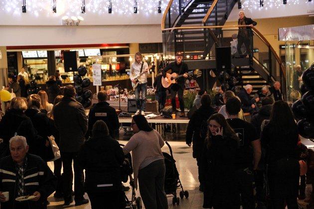 MORGENLYD: Det var en god klynge med folk som brukte Lewi Bergruds musikk til å lade opp til shoppingen grytidlig om morgenen i 2016