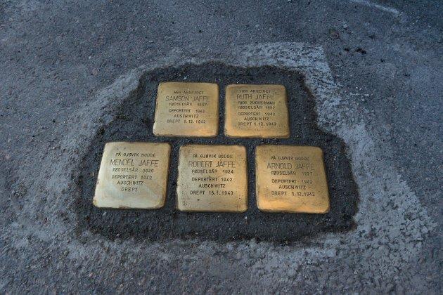 MINNESTEIN: Snublesteiner utenfor Londonerbasaren som Familien Jaffe drev i Sommerfeldts gate i Gjøvik.