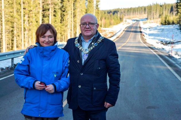 Anne Elisabeth Thoresen, leder av komité for samferdsel i Oppland fylkeskommune, og ordfører Terje Odden foretok den offsielle åpningen av 5,6 kilometer ny Fylkesveg 247.