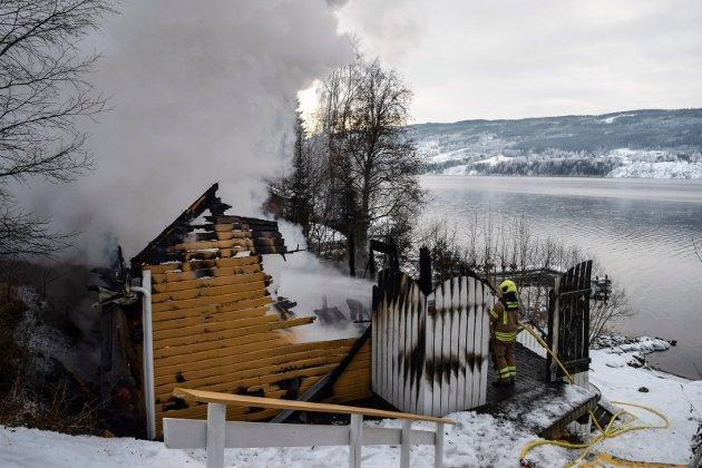 Hytta ved Randsfjorden var overtent allerede da brannen ble varslet, og var i ferd med å rase sammen da brannmannskapene kom til stedet.