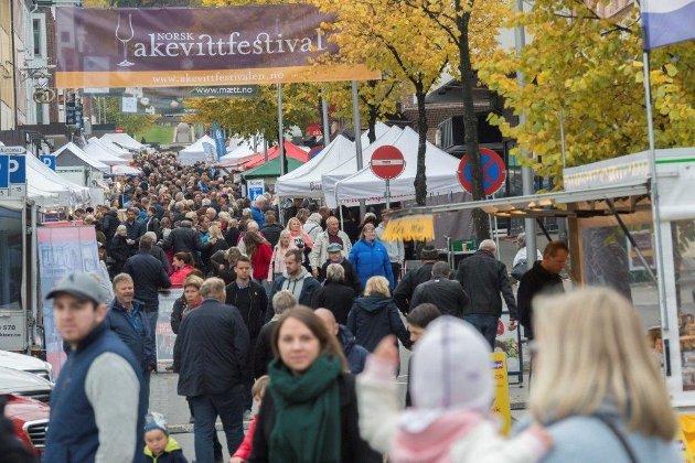 FOLKELIV: – Festivalen blitt et stort og viktig arrangement, og et redskap for by- og sentrumsutvikling, skriver artikkelforfatterne.