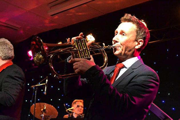 FORTSETTER JULESTEMNINGEN: Kjell-Andre Wiklund koser seg på scena med trompet.
