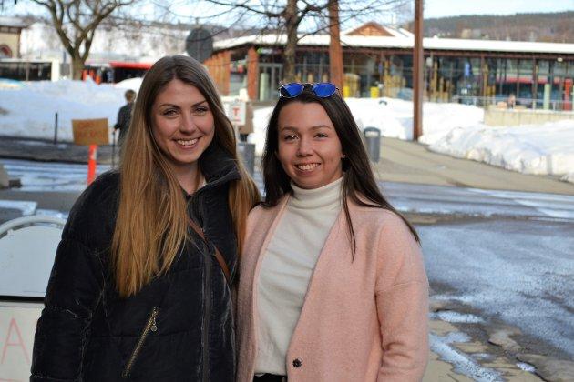 Venninnene Mari Løkken og Kristine Nilsen er hjemme på Gjøvik på påskeferie. De brukte lørdagen på shopping